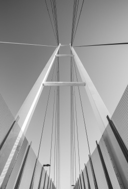 A low angle photo looking up at the steel rope spans on the Dean St foot bridge over the Hume Highway in Albury
